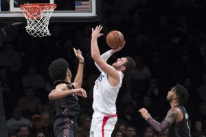 Jarrett Allen, Brooklyn Nets center (l) attempting to block Clippers forward, Danilo Gallinari