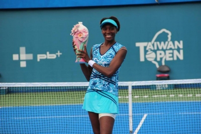 Venus Williams posing with her trophy from the Taiwan Open